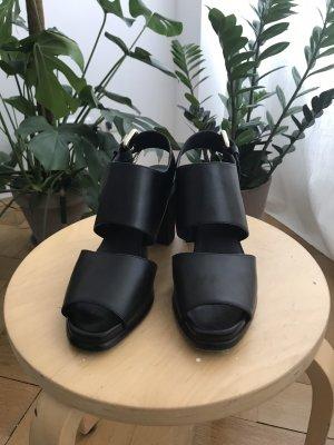 Schwarze Sandaletten & Other Stories