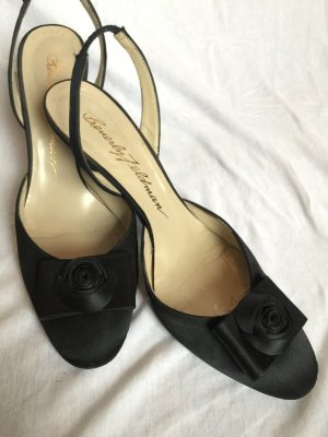 schwarze Satin Slingback-Pumps mit dezenter Rose