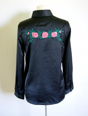 Schwarze Satinbluse mit floraler Stickerei, preppy blogger