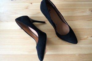 Schwarze, schlanke High Heels mit glänzendem Absatz