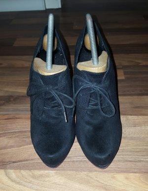 schwarze Schnürpumps