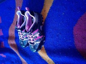 Schwarze Schuhe der Marke Skechers