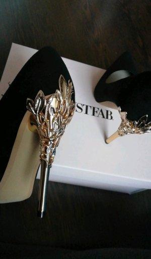 schwarze Schuhe mit goldenen Haken