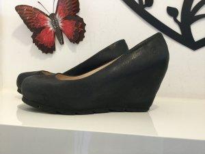 Schwarze Schuhe mit Keilabsatz