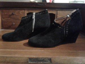 Schwarze Schuhe mit kleinem Absatz