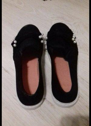 Schwarze Schuhe mit Perlen