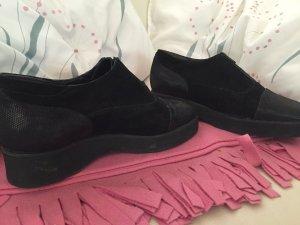Schwarze Schuhe mit Plateauabsatz