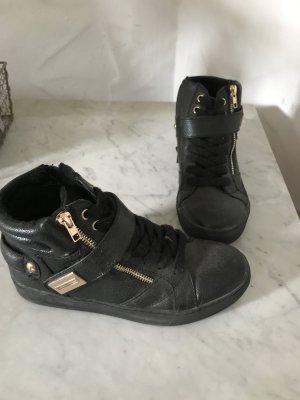 Schwarze Schuhe mit Reisveeschluss
