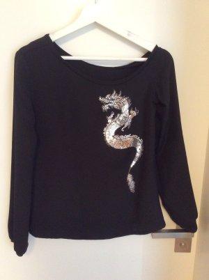 Schwarze Seidenbluse mit einem Drachen, eine Schulter frei