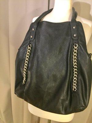 Schwarze Shopper- Tasche mit Kettenlook.