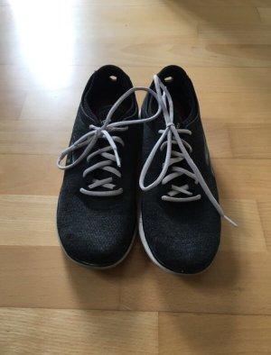 Schwarze Skechers