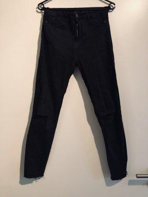 Schwarze Skinny Jeans mit Schlitzen auf den Knien