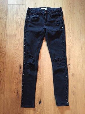 Schwarze Skinny Jeans mit silbernen Nieten