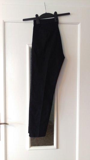 Schwarze Slacks, knöchellang mit kleinem Schlitz am Bund, high waist