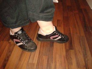 Schwarze Sneaker mit Streifen