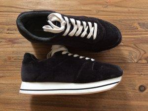 Schwarze Sneaker Samt mit Plateausohle von ZARA