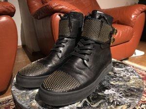 Schwarze Sneakers mit goldenen Details