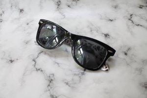 Schwarze Sonnenbrille mit weißem Muster (innenseite)