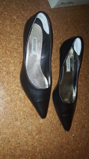 schwarze spitze Schuhe mit kleinem Ansatz.