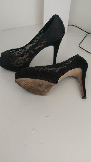schwarze spitzenverzierte High Heels
