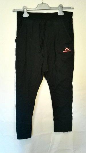 Schwarze Sporthose im baggy style