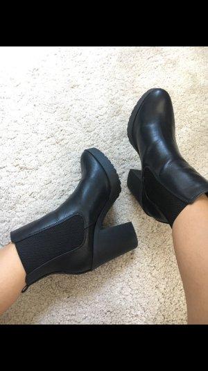 Schwarze Stiefel in schwarz