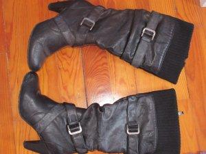 Schwarze Stiefel mit Dekoriemen