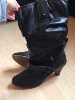 Schwarze Stiefel mit Knopfleiste & Raffung