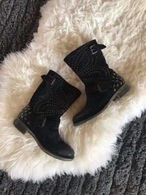 Schwarze Stiefel mit Nieten