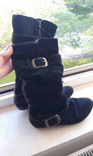 Schwarze Stiefel mit Schnallen