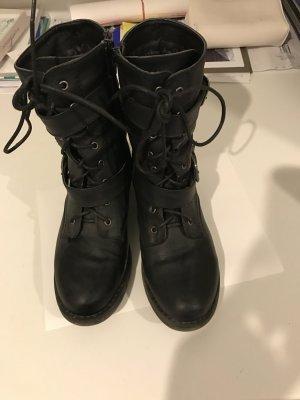 Schwarze Stiefel mit Schnallen und Schnürung