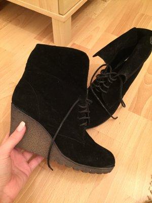 Schwarze Stiefel mit Schnüren