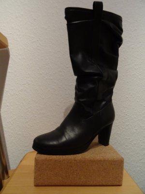 schwarze Stiefel mit seitlicher Raffung