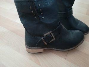 Schwarze Stiefelchen
