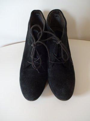 Schwarze Stiefelette aus Velourleder mit Schnürung.