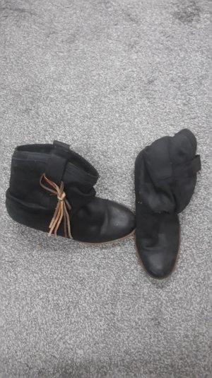 Schwarze Stiefelette mit Bändern