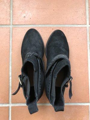 Schwarze Stiefelette mit geflochtener Schnalle