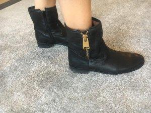 Schwarze Stiefeletten aus Glattleder