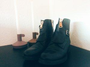 Schwarze Stiefeletten mit Gamasche und goldenen Reißverschlüssen