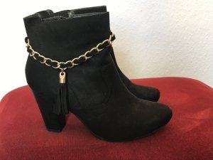 Schwarze Stiefeletten mit Goldkette von Tamaris