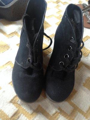 Schwarze Stiefeletten mit Keilabsatz