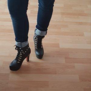 schwarze Stiefeletten mit Nietenverzierung