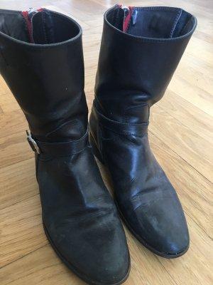 Schwarze Stiefeletten mit rotem Reißverschluss