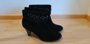 schwarze Stiefletten aus Rauhleder von Tamaris