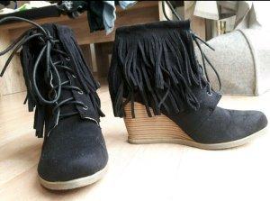 schwarze Stiefletten Keilabsatz Fransen Boho