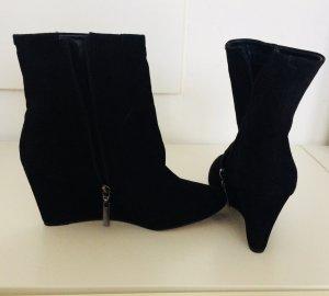 schwarze Stiefletten mit Keilabsatz