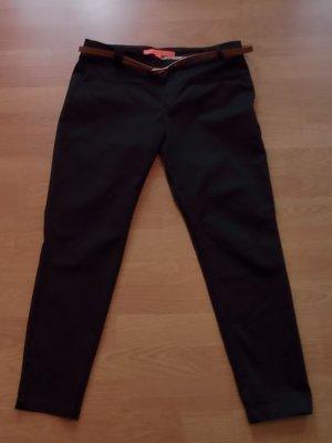 Schwarze Stoffhose mit braunem Gürtel, gerades Bein