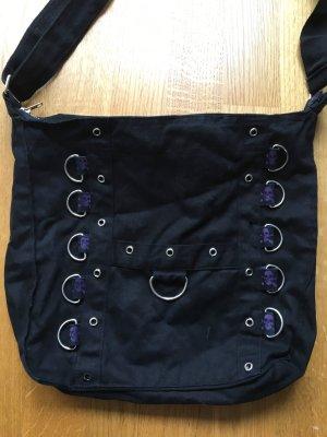 Schwarze Stofftasche mit Nieten und Totenköpfen