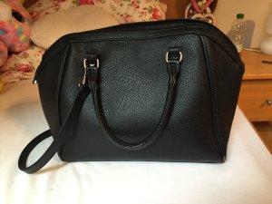 Schwarze Tasche in Lederoptik