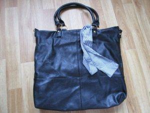 schwarze Tasche mit Band bzw. Schleife